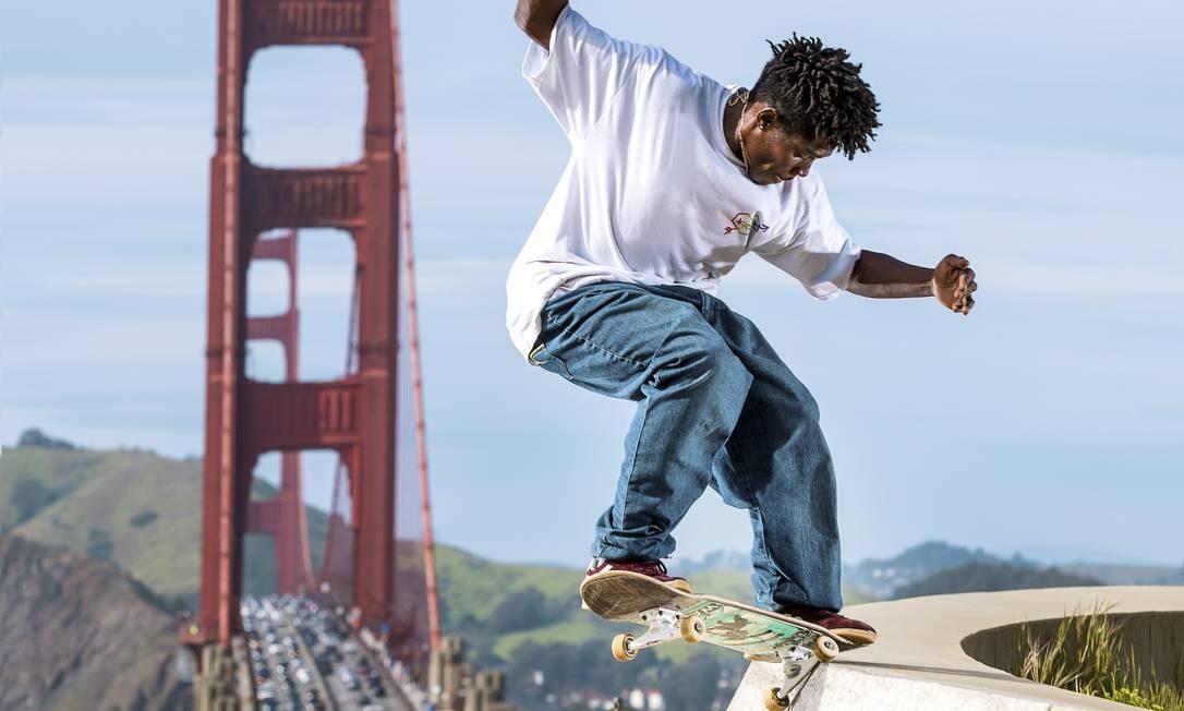 O skatista Anderson Stevie faz manobra em São Francisco, na Califórnia, com a Golden Gate ao fundo Foto: Divulgação / Daniel Beck