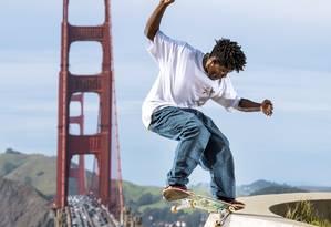O skatista Anderson Stevie faz manobra em São Francisco, na Califórnia, com a Golden Gate ao fundo. Foto: Divulgação / Daniel Beck