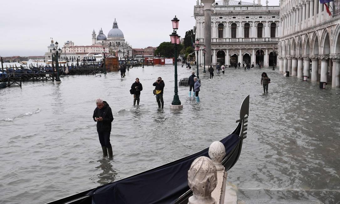 Avanço das águas: calçadas de Veneza despareceram com a maré alta Foto: MARCO BERTORELLO / AFP