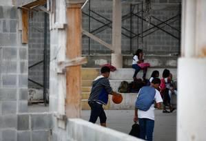Alunos têm aula de educação física em meio a objetos da obra inacabada Foto: Pablo Jacob / Agência O Globo