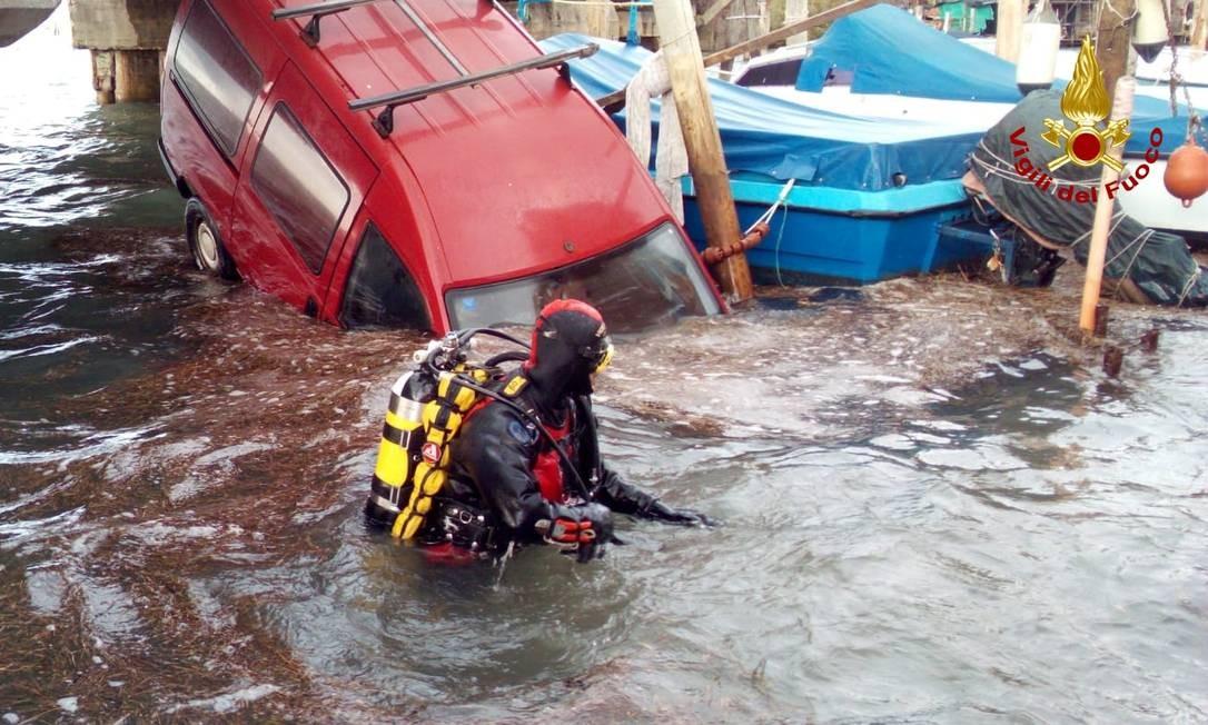Bombeiro mergulhador em resgate devido a inundação histórica Foto: Vigili del Fuoco / Reuters