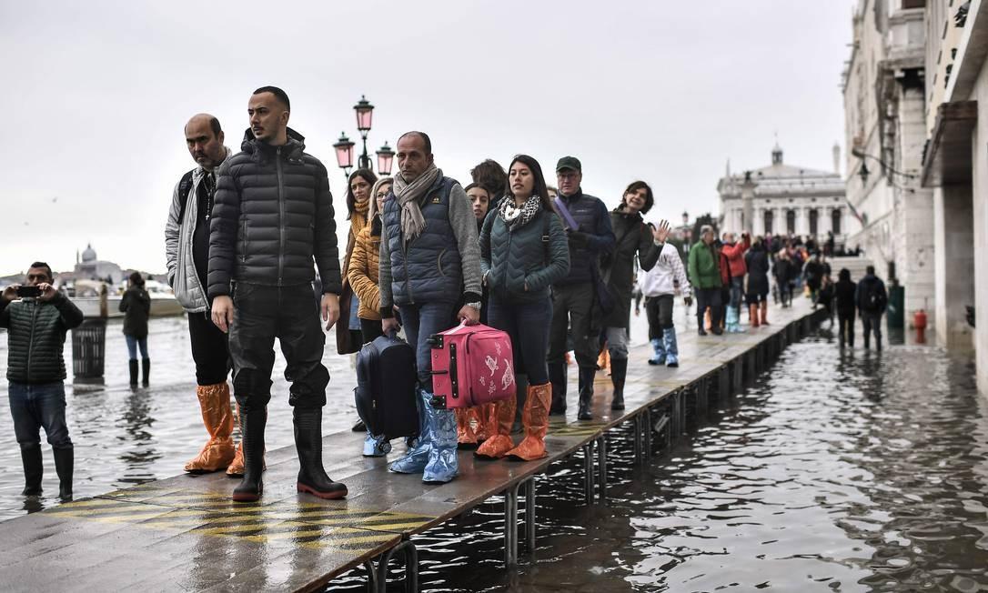 Passarela improvisada para turistas acessarem monumento em Veneza Foto: Marco Bertorello / AFP