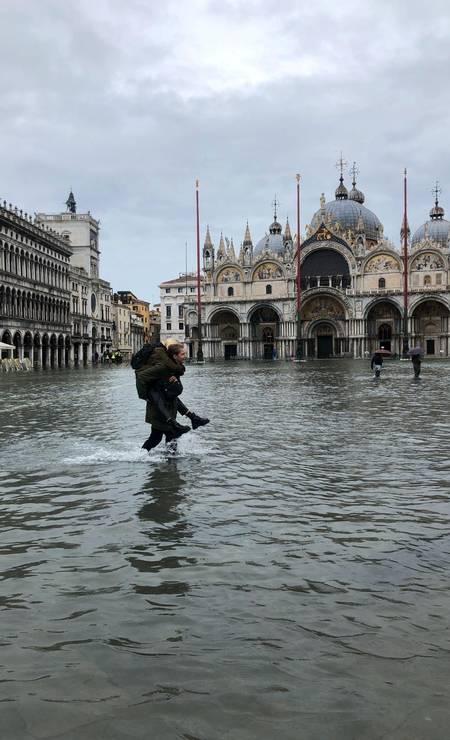 O romantismo exigiu maior esforço com a maré alta histórica de Veneza onde não havia passarela improvisada Foto: Aquaapartaments / Instagram