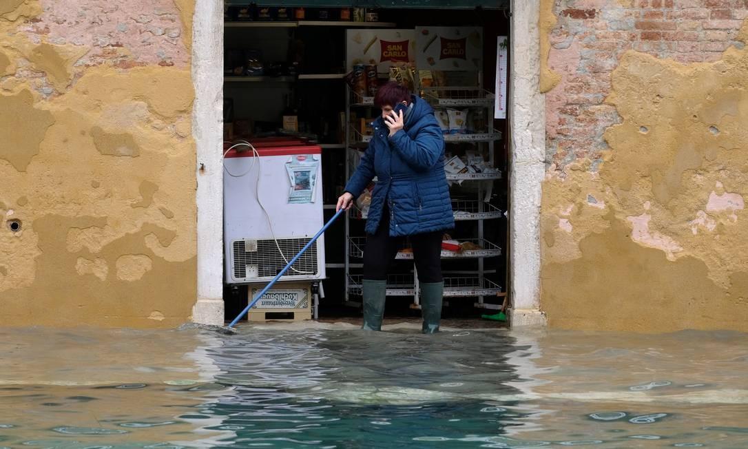 Nível de água invadiu comércio de Veneza com a maré alta histórica Foto: Manuel Silvestri / Reuters