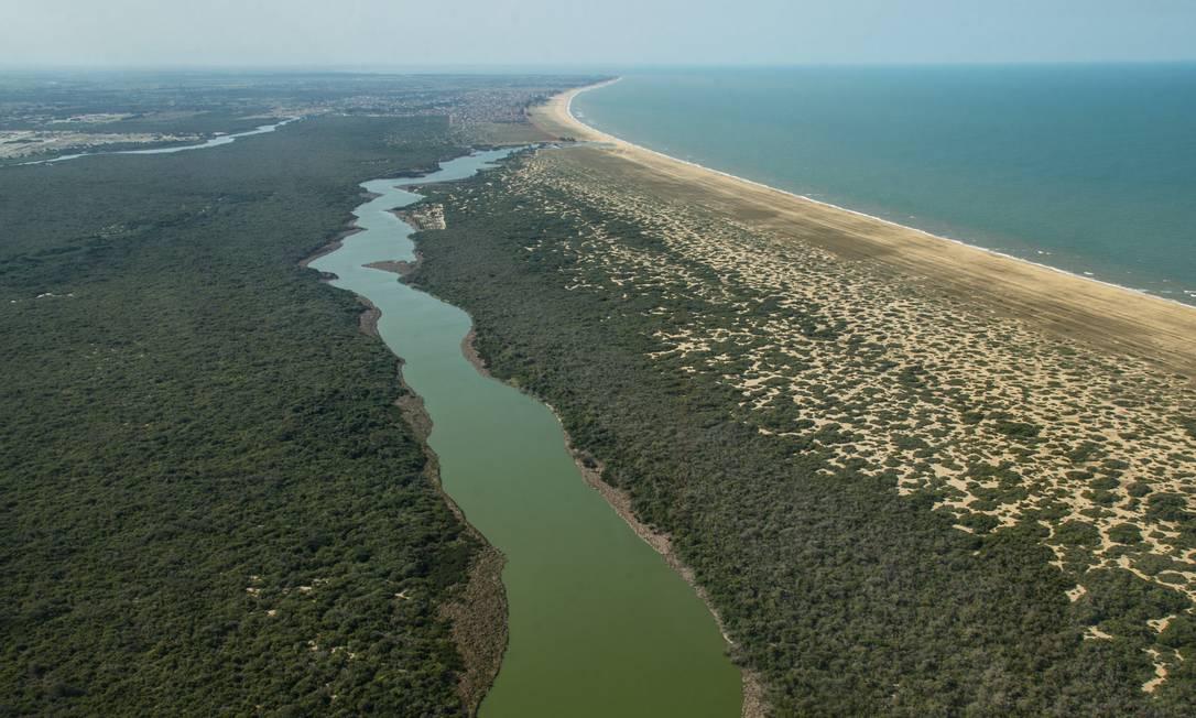 Vista aérea de praia em São João da Barra (RJ), no Norte fluminense Foto: André Coelho / Agência O Globo
