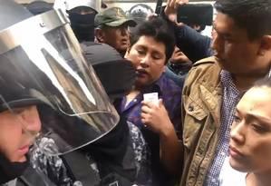 Congressistas do Movimento ao Socialismo (MAS) são impedidos de entrar no Congresso boliviano Foto: Reprodução