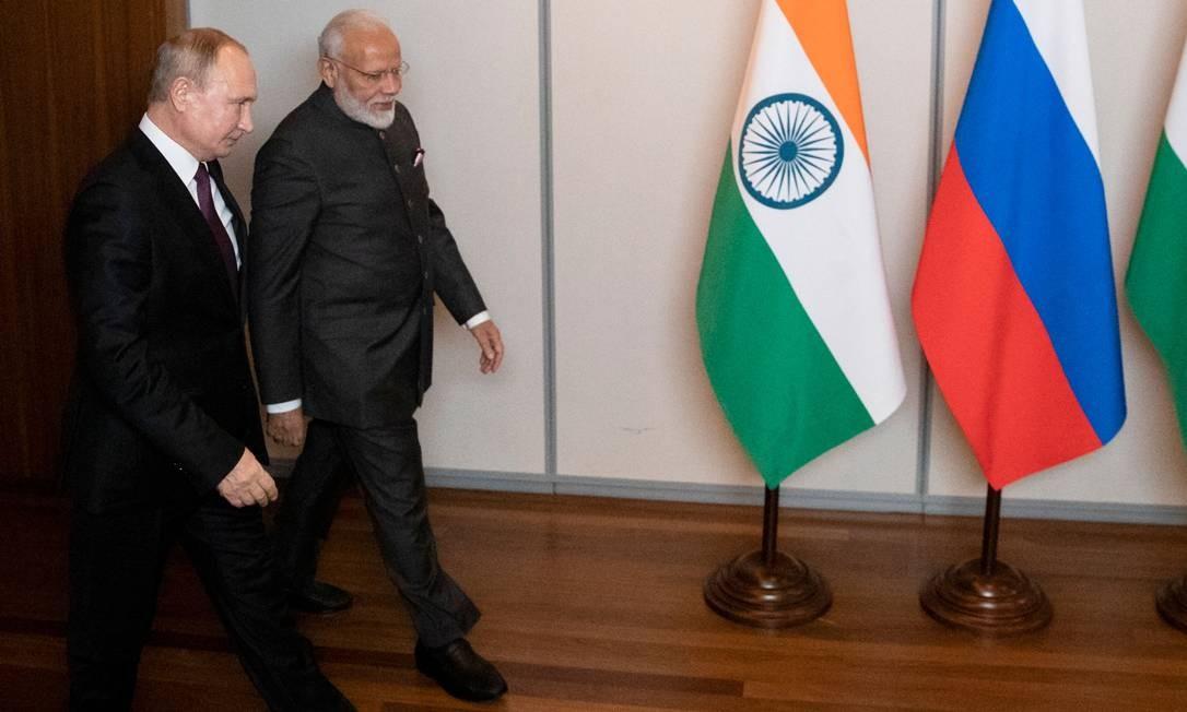 O presidente russo, Vladimir Putin, e o primeiro-ministro indiano, Narendra Modi, chegam para uma reunião à margem da 11ª edição da Cúpula do Brics Foto: PAVEL GOLOVKIN / AFP