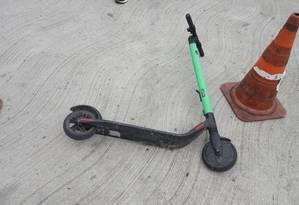 um dos patinetes usados pelos bandidos foi abandonado na pista do BRT Foto: Reprodução