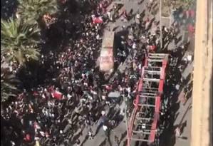 Caminhão policial é cercado por manifestantes no Chile Foto: Reprodução de vídeo