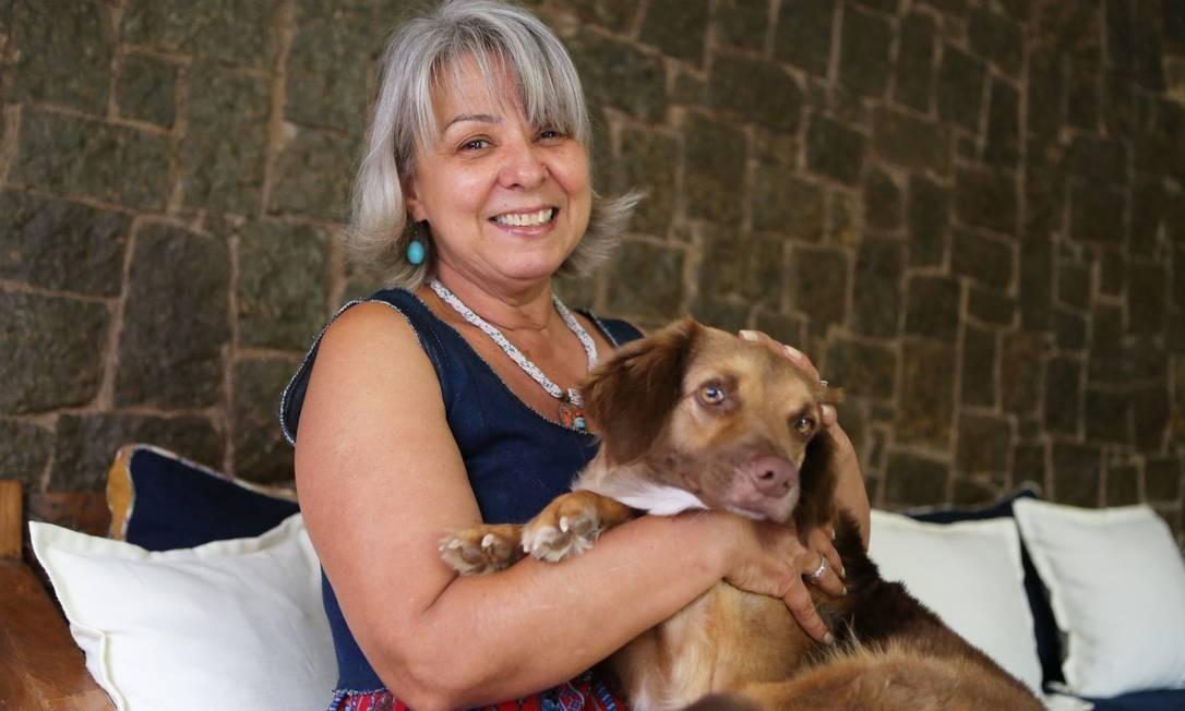 EXT CI Rio de janeiro ( RJ ) - 11112019 - Maria José pegou cadela abandonada na rua no bairro Anil e acabou melhorando a propria saude - Foto Guilherme Pinto / Agência O Globo Foto: Guilherme Pinto / Agência O Globo