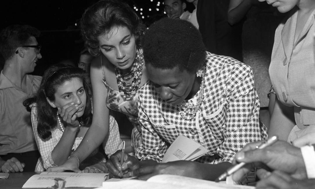 Carolina Maria de Jesus em sessão de autógrafos em 1960 Foto: Agência O Globo