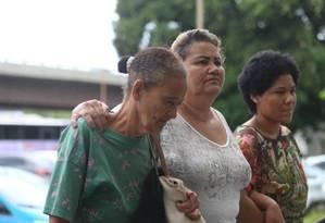 Familiares de Francisco chegam ao IML, no Centro Foto: Fabiano Rocha / Agência O Globo
