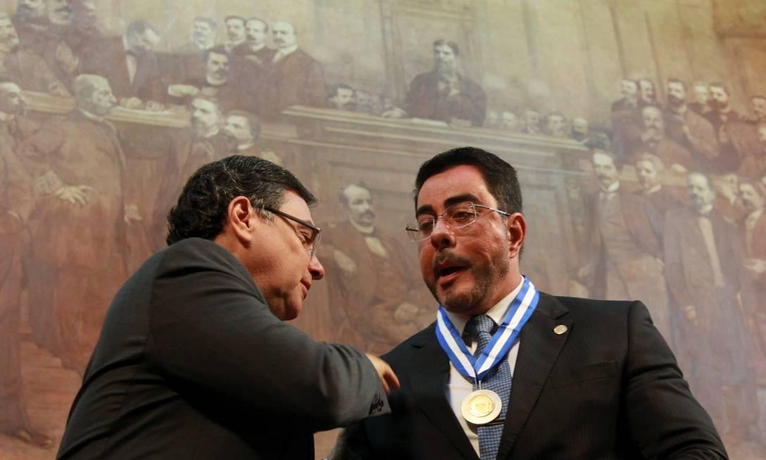 Juiz federal Marcelo Bretas recebe a medalha Tiradentes na Alerj, ao lado de Eduardo Gussem, procurador geral de justiça do Estado Foto: GABRIEL_DE_PAIVA / Agência O Globo