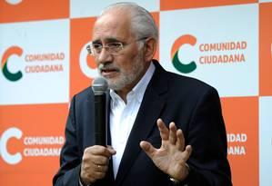 Carlos Mesa, da Comunidade Cidadã, fala a jornalistas após renúncia de Evo Morales e diz que ex-presidente não pode ser candidato Foto: JORGE BERNAL / AFP