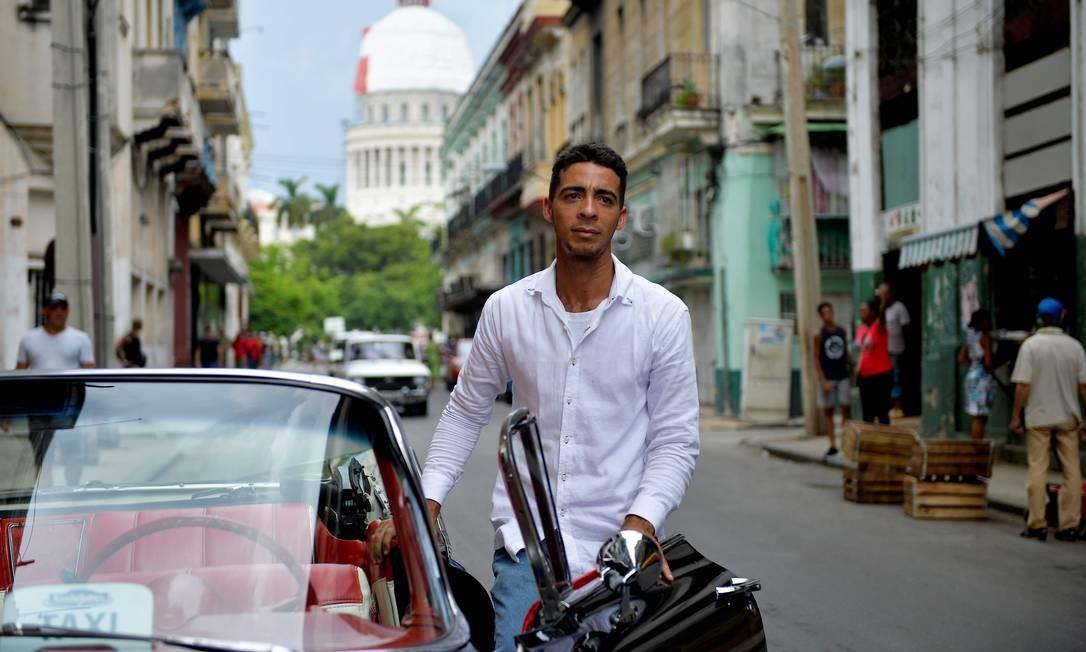 O cubano Yosbel Sosa, de 33 anos, ganha a vida dirigindo seu Chevrolet Impala 1959 pelas ruas de Havana em busca de turistas interessados em conhecer a capital de Cuba. O guia turístico é quem conduz o leitor por esta galeria de imagens, com ilustres desconhecidos, que representam a capital desse país que mexe tanto com o imaginário dos brasileiros Foto: Yamil Lage / AFP