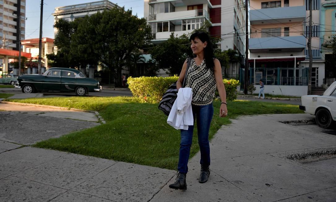 Gonzalez caminha, todos os dias, dois quilômetros para cuidar de idosos. Cuba tem mais de 2.000 pessoas centenárias, em um país com 11,2 milhões de habitantes Foto: Yamil Lage / AFP