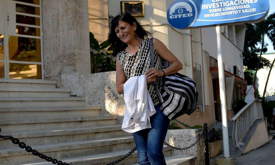 A médica geriatra Alina Gonzalez, de 57 anos. Ela trabalha no Centro de Pesquisas sobre Longevidade, Envelhecimento e Saúde. A medicina preventiva – lê-se saúde da família –, desenvolvida em Cuba, é referência para o mundo Foto: Yamil Lage / AFP