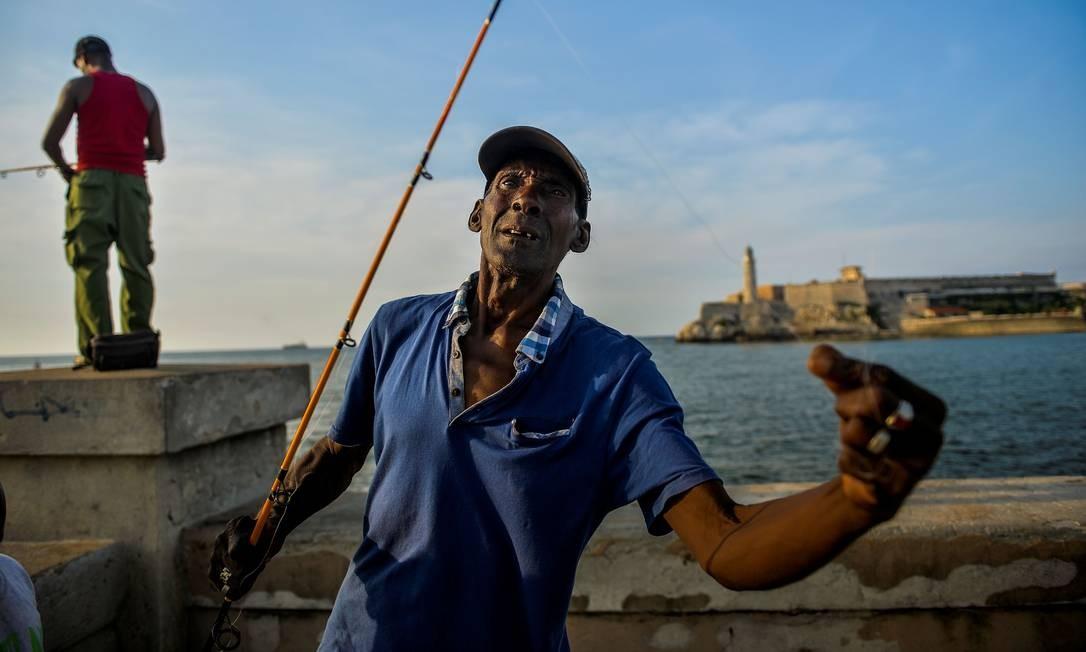 Molina pesca quase todo dia. O pescado é vendido para restaurantes e parte dele também põe a mesa de sua casa, composta ainda por alimentos que ele compra com subsídio do governo Foto: Yamil Lage / AFP