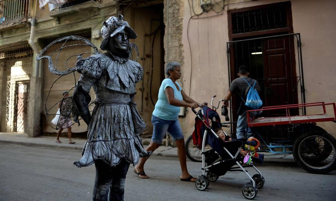 No ano passado, a ilha recebeu 4,7 milhões de turistas. A atividade atrai principalmente os mais jovens, que almejam se sentir inseridos na aldeia global, onde Cuba está à margem devido ao embargo Foto: Yamil Lage / AFP