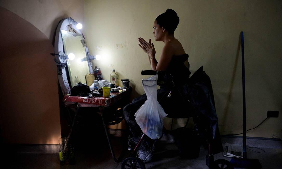 O turismo em Cuba é um dos poucos horizontes disponíveis para ganhar dinheiro através do intervencionismo do estado. Beatriz deixou a faculdade de direito para se realizar como artista de rua Foto: Yamil Lage / AFP