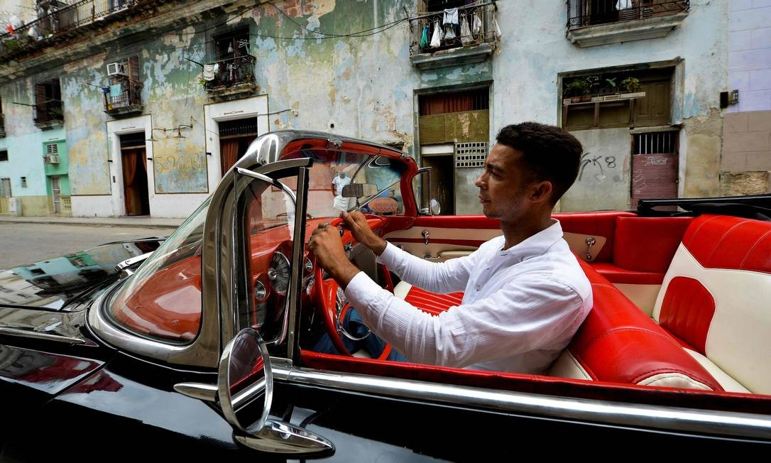 Yosbel conta que escolheu ser guia turístico para ganhar mais dinheiro. Cuba é um lugar onde o serviço público é priorizado. Entre tantos subsídios, a média salárial no país onde a maior parte da população trabalha para o governo é de 50 dólares. Agora, vamos para o bairro de Regla Foto: Yamil Lage / AFP