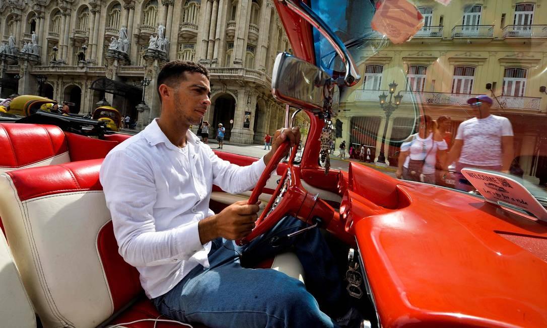 Yosbel dirige seu impecável Chevrolet Impala 1959. O carro estadunidense foi eternizado nas ruas de Cuba devido ao embargo econômico imposto pelos Estados Unidos à ilha socialista, no ano de 1958. De carona em seu carro, seguimos para Malecón Foto: Yamil Lage / AFP