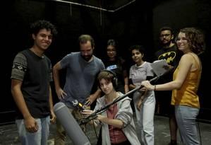 No estúdio de cinema, alunos do curso fazem aula de som, acompanhados pelo professor Fernando Morais (de camisa azul) Foto: Fábio Guimarães / Agência O Globo