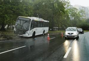 Ônibus que derrapou e bateu no Aterro durante a chuva da última segunda-feira Foto: Antonio Scorza/ Agência O Globo Foto: Antonio Scorza / Agência O Globo