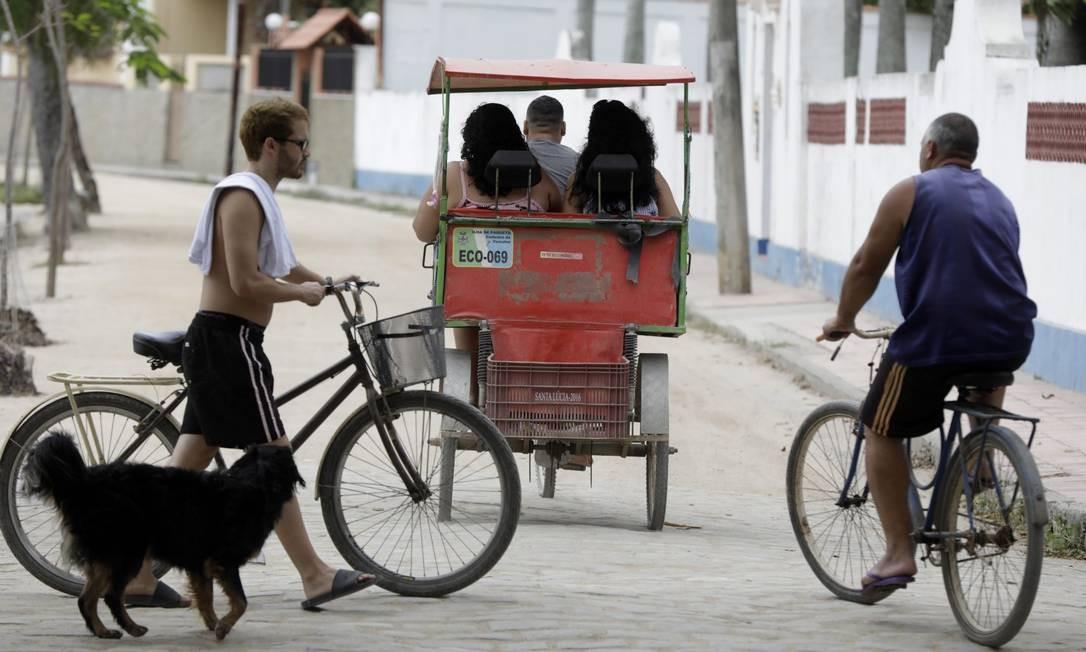 Carros proibidos: o deslocamento pela ilha é feito a pé, de bicicletas ou charretes elétricas Foto: Custódio Coimbra / Agência O Globo