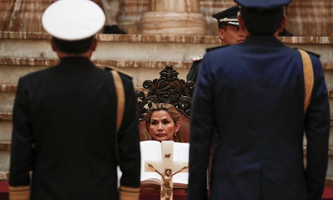 Presidente autoproclamada da Bolívia, Jeanine Áñez, durante cerimônia no Palácio Presidencial em La Paz. Áñez foi reconhecida por vários governos, incluindo o Brasil, e prometeu convocar eleições em breve Foto: CARLOS GARCIA RAWLINS / REUTERS