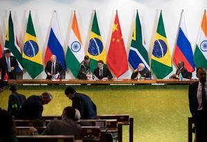 Líderes do Brics assinam declaração final do encontro de cúpula, em Brasília. Texto trouxe defesa do multilateralismo, de ações para o clima e questões de política externa no Oriente Médio e Ásia, mas deixou de fora as crises na América do Sul Foto: PAVEL GOLOVKIN / AFP