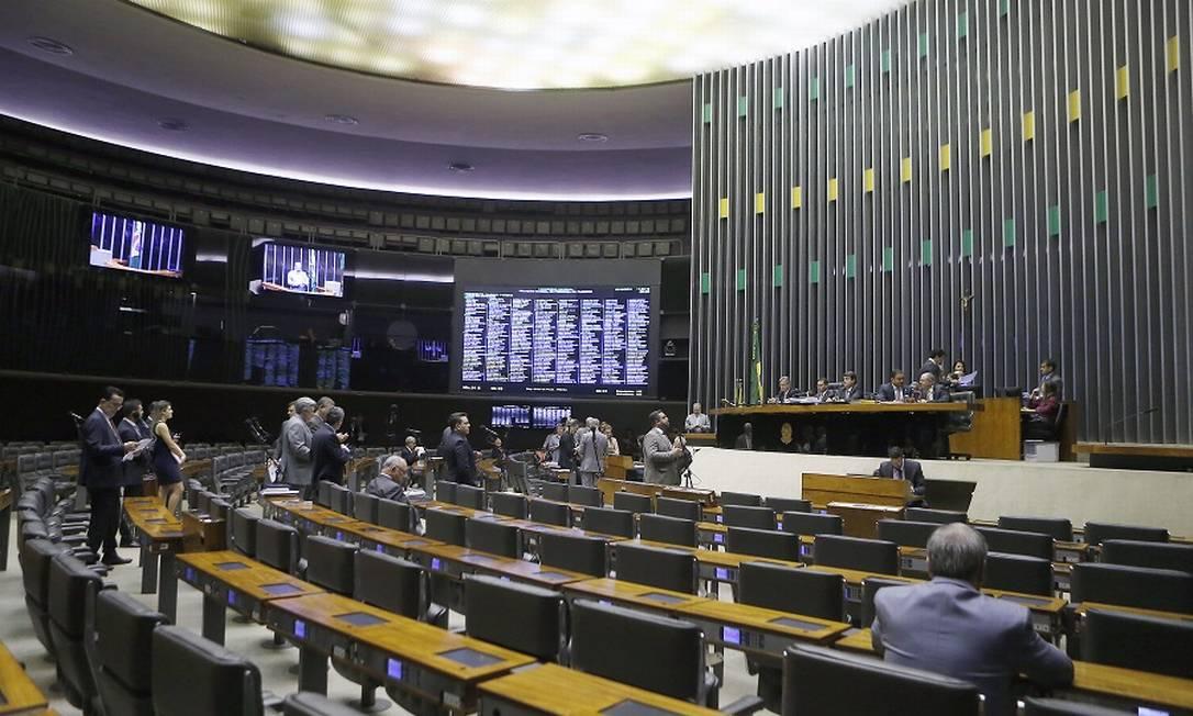 Dificuldades políticas são risco para reformas, diz Fitch. Foto: Jorge William / Agência O Globo