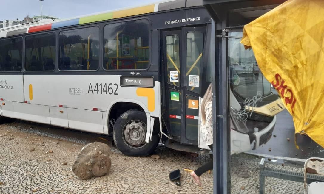 Acidente envolvendo ônibus no Aterro no início da tarde desta quinta-feira Foto: Reprodução