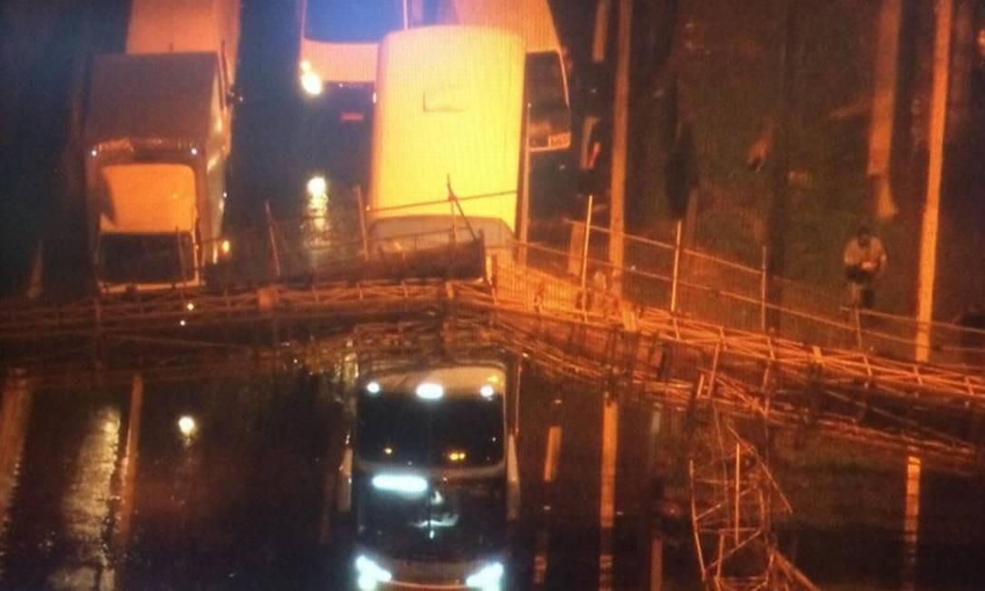 Passarela desaba sobre veículos na Marginal do Tietê, em São Paulo Foto: Reprodução TV Globo