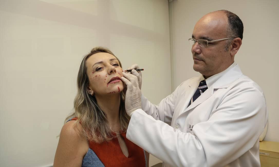 Bianca Mattos com o cirurgião plástico Renato Cazaes: opção pelo preenchimento com ácido hialurônico Foto: Marcos Ramos / Agência O Globo