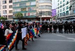 Apoiadores do ex-presidente boliviano Evo Morales, ao lado de membros das forças da segurança, durante manifestação em La Paz Foto: HENRY ROMERO / REUTERS