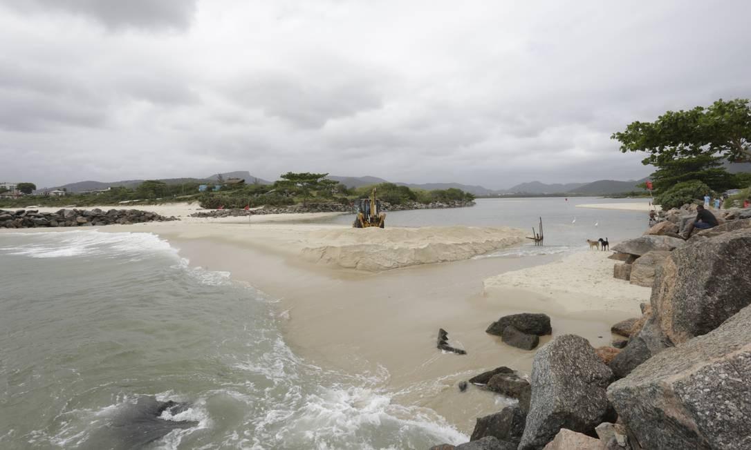 Retroescavadeira da Clin iniciou desmonte do bloqueio entre as praias de Itaipu e Camboinhas na última terça-feira Foto: Fábio Guimarães / Agência O Globo