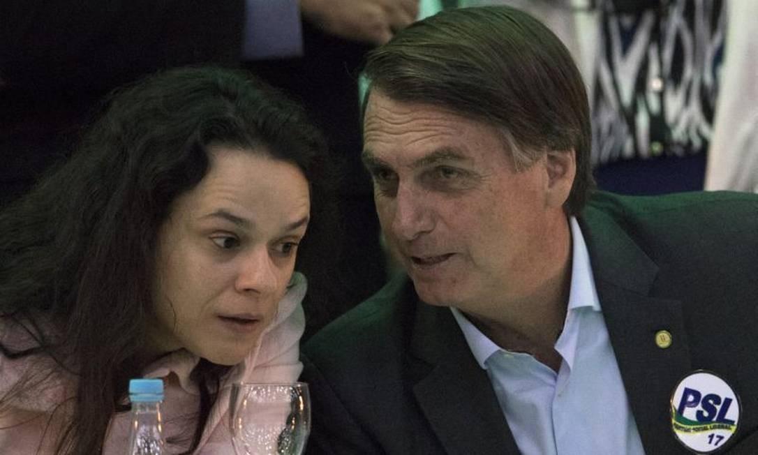 Janaina Paschoal e Jair Bolsonaro Foto: AP Photo/Leo Correa