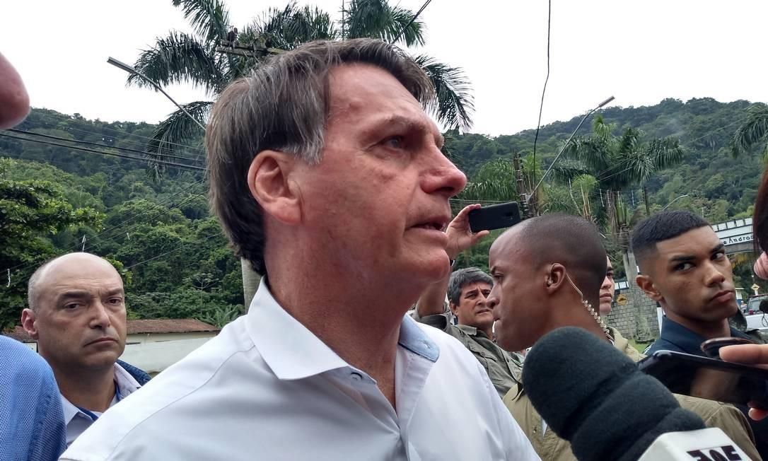 O presidente Jair Bolsonaro conversa com jornalistas em Guarujá Foto: Ana Leão