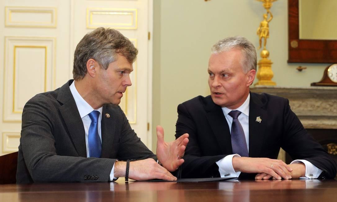 O presidente da Lituânia, Gitanas Nauseda (D) e o diretor do Departamento de Segurança do Estado, Darius Jauniskis, anunciam a troca Foto: AFP