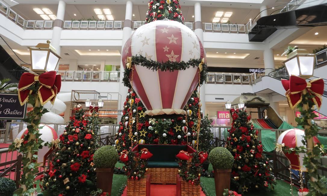 Balões natalinos no Shopping Boulevard Foto: Domingos Peixoto / Agência O Globo