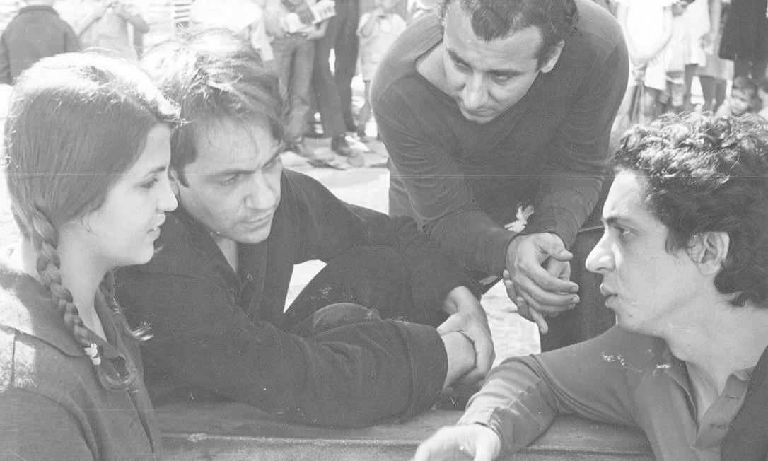 """Registro dos bastidores do filme Todas as """"Mulheres do Mundo"""", do cineasta Domingos de Oliveira (à direita), em 1965 Foto:"""