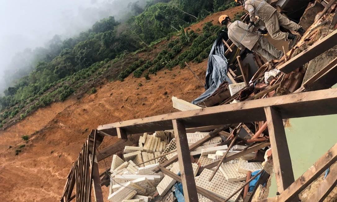 Bombeiros atuam em uma das casas que desabou por causa da chuva no Espírito Santo Foto: Divulgação