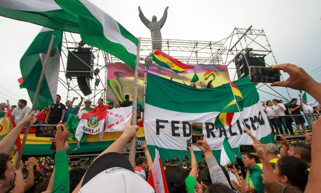 Moradores de Santa Cruz comemoram a renúncia de Evo Morales no dia 10: cidade se beneficiou do crescimento nos anos do governo do ex-presidente, mas foi peça chave em sua queda Foto: DANIEL WALKER / AFP