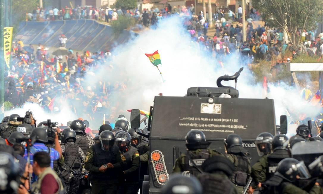A polícia de choque reprime manifestantes pró-Morales em Cochabamba, onde cinco cocaleiros foram mortos Foto: STR / AFP