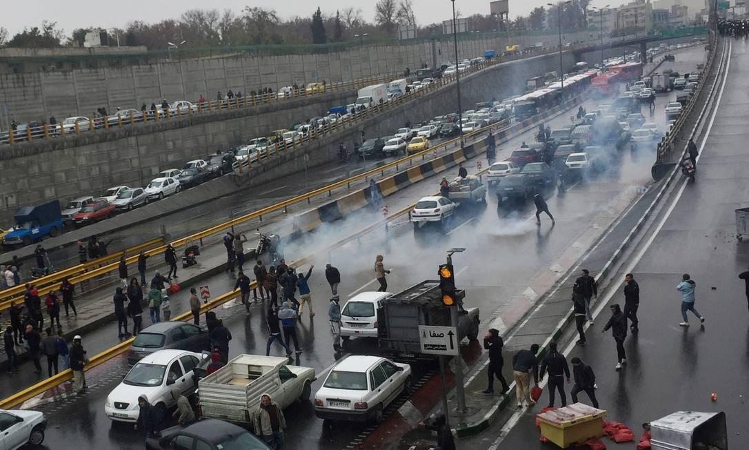Manifestantes bloqueiam estrada em Teerã Foto: WANA NEWS AGENCY / via REUTERS