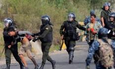 Militares reprimem manifestantes em Sacaba Foto: STR / AFP