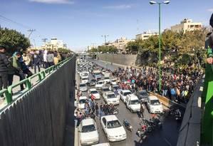 Manifestantes bloqueiam avenida durante protesto contra o aumento dos preços dos combustíveis em Isfahan, no Irã. Reajuste ocorreu no início da manhã, pegando toda a população de surpresa Foto: - / AFP