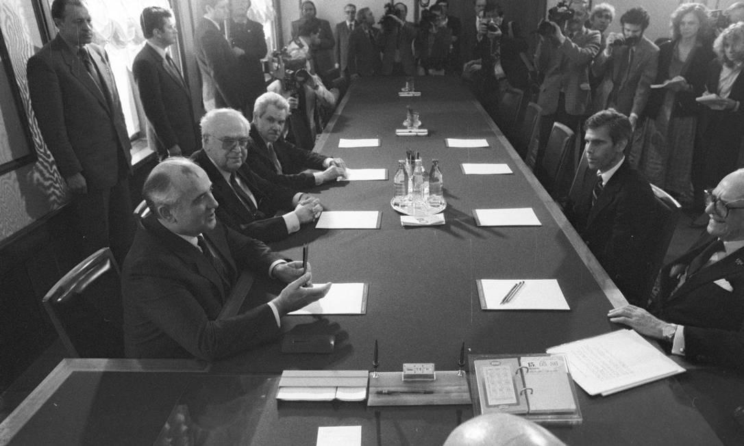 Robert Peter Gale (à direita, sem óculos) em reunião com Mikhail Gorbachev (o primeiro à esquerda) na antiga União Soviética: especialista foi chamado para atuar em Chernobyl Foto: Arquivo Pessoal / Sputnik
