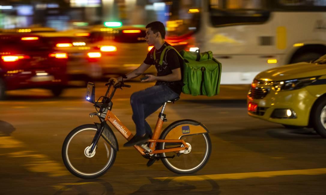 Entregas de bicicleta à noite ficaram comuns, com a disseminação de serviços de pedidos de comida em casa Foto: Alexandre Cassiano / Alexandre Cassiano/3-4-2019